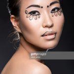 Wunderschöne asiatische Mädchen mit kreativen Make-up, Wimpern Papier  ungewöhnliche : Stock-Foto