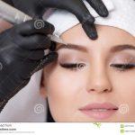 Dauerhaftes Make-up Dauerhaftes Tätowieren von Augenbrauen Der  Cosmetologist, der Dauerhaftes anwendet, bilden auf  Augenbrauenaugenbrauentätowierung