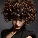 Doch ob kurze oder lange Locken – der Cut muss zum Haartyp und dem Look der  Trägerin passen!