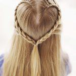 geknotene Hingucker-Herzförmig geflochtene Haarpartien 113 Ideen für  Flechtfrisuren – simpel, effektvoll, feminin | Haare & Frisuren