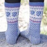 Gestrickte DROPS Socken in Fabel mit diagonalem Muster. Gr. 35-43.  Kostenlose