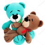 Gestrickte Spielzeug - gestreift zwei Bären sitzen auf weißem Hintergrund,  isoliert — Foto von sam73nz