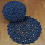 Gestrickter Puff in Jeans Farbe