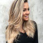 Fabelhafte lange locken blicken mehr als je zuvor mit locker gewellt enden  üppigen. Die oberen zwei Drittel der gerade Ihr Haar Föhnen.