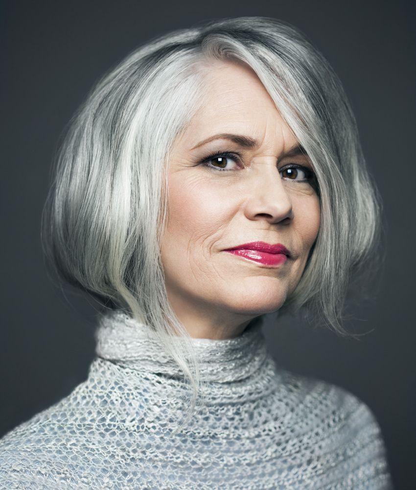 Schauen Sie auch bei grauen Frisuren schön und elegant aus