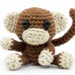 Häkeln Sie ihren eigenen kleinen Amigurumi Affen mit dieser Häkelanleitung.  Den Affen häkeln Sie ausschließlich mit festen Maschen und Zunahmen sowie