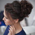 12Lockige Heimkehr Frisuren, die Sie zeigen können, Beliebte Frisuren,  Unordentliches Brötchen mit Akzent-Borte #hairstyle #hairstyles  #naturalhairstyles