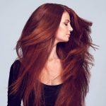 Frau mit rot getönten Haaren