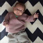 DIY-Anleitung: Baby Wickeljäckchen selber stricken // HIMBEER