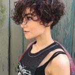 Ändern Sie Ihre Modeaussage,   indem Sie kurze lockige Frisuren verwenden