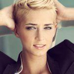 Frau mit kurzen blonden Haaren