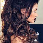 lange Haare, lockige Haare auf einem Pferdeschwanz prächtige Frisur  Brautjungfer | Einfache Frisuren