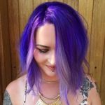 Nutze deine Locken mit lila  Haarfarbe