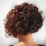 Haben Sie lockige Frisuren, um   die Aufmerksamkeit aller zu erregen