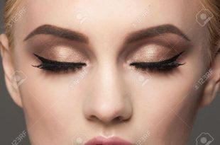 Nahaufnahme Bild von Frau geschlossenen Augen mit schönen hellen Make-up.  Make-up