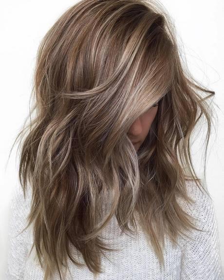 Gehen Sie glatt und   zweifelhaft mit mittleren Haarschnitten