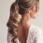 Party Frisur für lockiges Haar