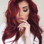 Schauen Sie mit leuchtend   roten Haarfarben hinreißend
