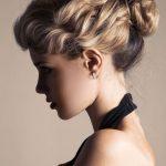 Lockige Hochsteckfrisur mit einfachem Dutt - So lebendig kann der  klassische Haarknoten wirken: Die kräftigen mittellangen Haare .