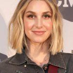 Whitney Port trägt ihr blondes schulterlanges Haar sehr natürlich. Der  sanfte Farbverlauf von mittelblond am