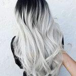 silbernes haar, lange silberne haare mit schwarzem ansatz