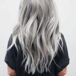 silbernes haar, lange silberne haare, schwarzes t shirt