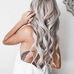silbernes haar, weißes kleid, feder tattoo, lange lockige haare
