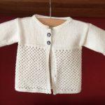 gestrickte Babyjacke Gr. 50/56 weiße Strickjacke für Babys