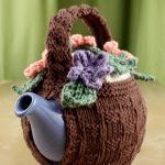 Gestrickter Kaffeewärmer - Lily Flower Basket Tea Cozy - Patterns |  Yarnspirations