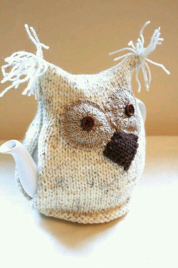 Unterschiedliches Aussehen von   Teekanne im gemütlichen Strickmuster des Tees