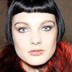 Make-up für Haarfarben: Der Teint kann bei schwarzem Haar schnell blass  aussehen,