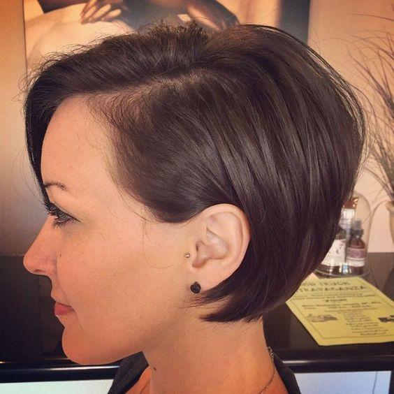 Schauen Sie sich mit trendigen Frisuren um