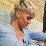 Rasiert Rücken und Seiten in Mais-Seide Blond – Pixie Haarschnitte – unterschnittene  Frisuren