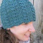 Mütze mit Zopfmuster, auf einem runden Webstuhl stricken