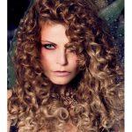 Windiges gewelltes Haar in der   Wellen-Frisur