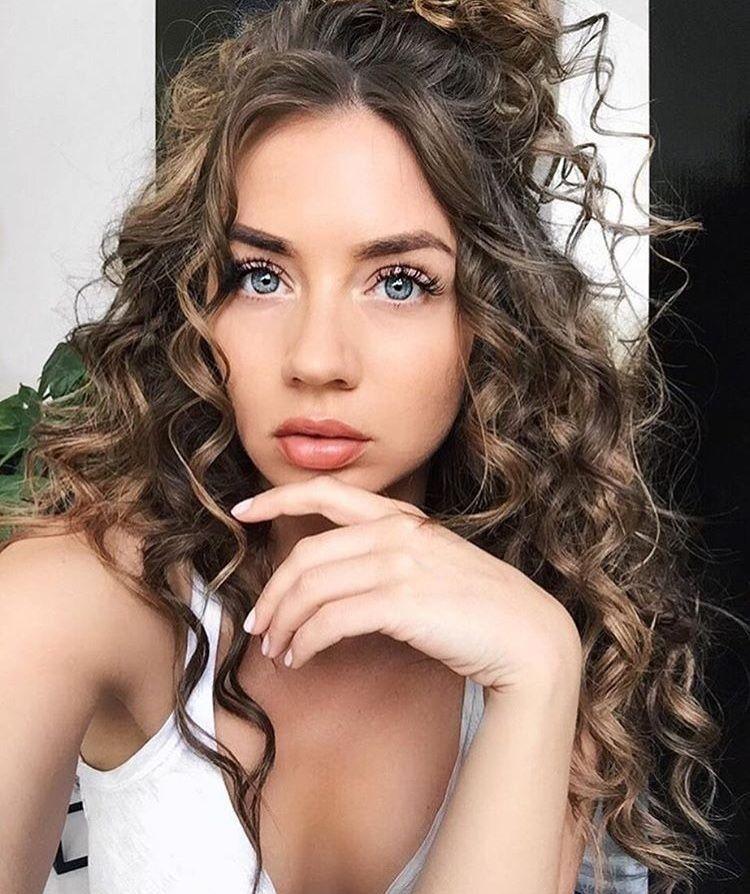 20 Spaß und Sexy Frisuren für Natürlich Lockigem Haar