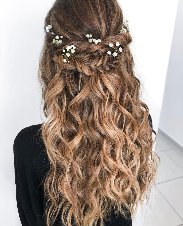 Boho Chic Hochzeit Frisur für langes Haar mit Blumen. Hochzeitsfrisuren halb nach unten, Haare und Make-up von
