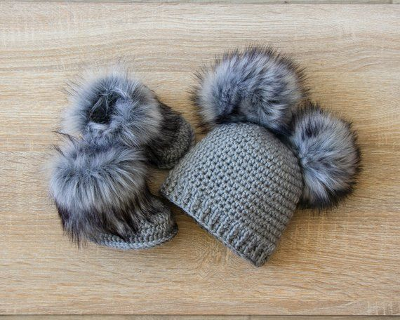 Double pom pom hat and booties – Gray Booties and hat set – Crochet baby clothes – Newborn winter clothes – Fur booties – Gender neutral