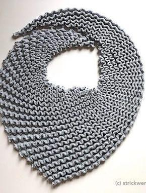 Einfarbige Schals kann man nie genug haben. Dieser sieht durch die diagonale Str…