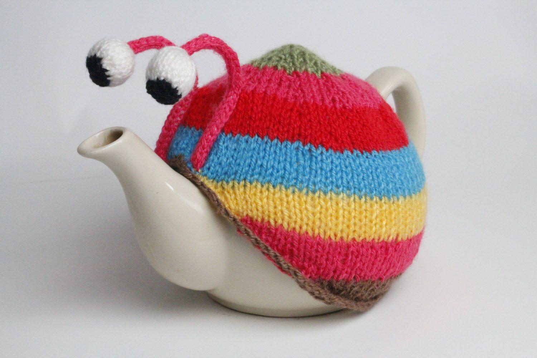 Gestrickte rosa gestreifte Schnecke Tee gemütlich. Tee-Liebhaber Teezeit behandeln