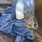 Handgestrickte Schal aus Wolle Blau Kuscheliger Dreieckschal in einem luftig-lockeren Müster gestrickt Schal für Frauen Bandana Modeschal