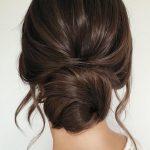 Hochzeitsfrisuren für langes Haar niedrige einfache Brötchen auf dunklem Haar mit losen Locken ca