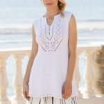 Knitted tunic in DROPS Paris. Piece is knitted with lace pattern and vent in the...