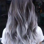 Silbernes Haar Trend: 51 Cool Grey Hair Farben und Tipps für Going Grey