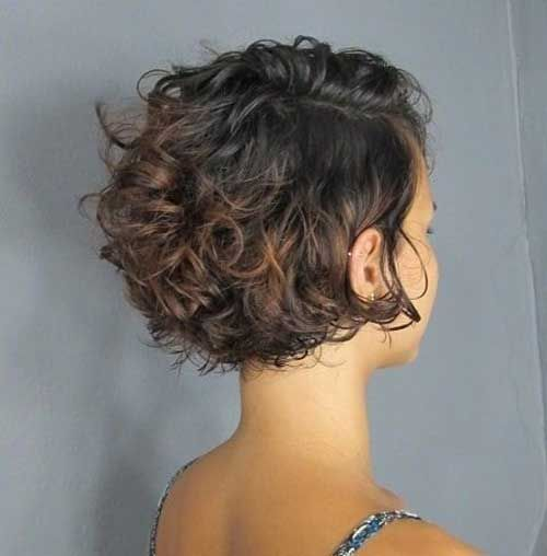 Süße kurze lockige Frisur
