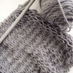 This is a great scarf pattern for beginner knitters since not only is it easy/qu...