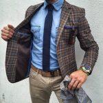 braunes Wollsakko mit Schottenmuster, hellblaues Jeanshemd, beige Jeans, dunkelblaue Strick Krawatte für Herr