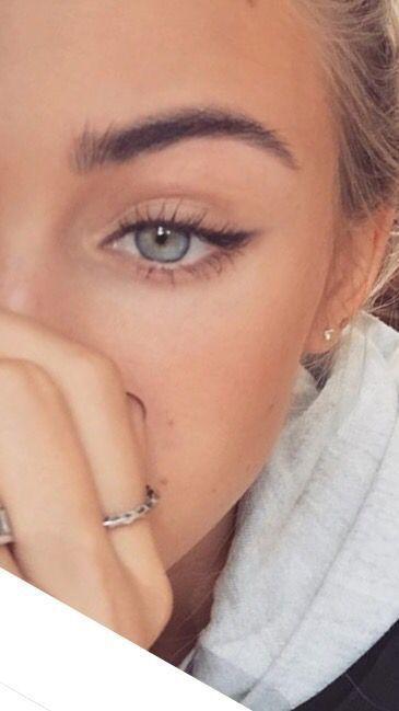 rauchige Augen, kühner Lippenstift und Nagelkunst. Schönes, natürliches Make-up, Make-up-Ideen, Schönheit, Hautpflege, Tipps zur Hautpflege, beste Aknebehandlungen, Schönheitsprodukte, rauchiges Auge, Lippenstift, glamouröses Make-up, natürliches Make-up