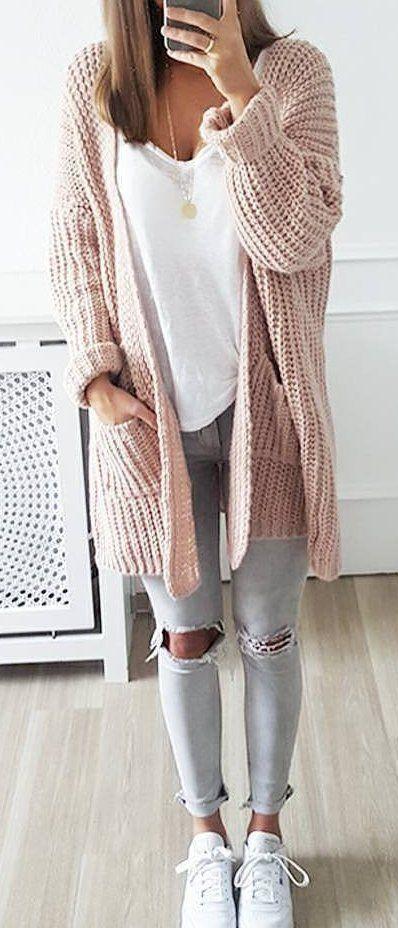 rosa Strick Strickjacke mit einer offenen Front, weißes T-Shirt mit einem V-Ausschnitt, graue enge Jeans mit