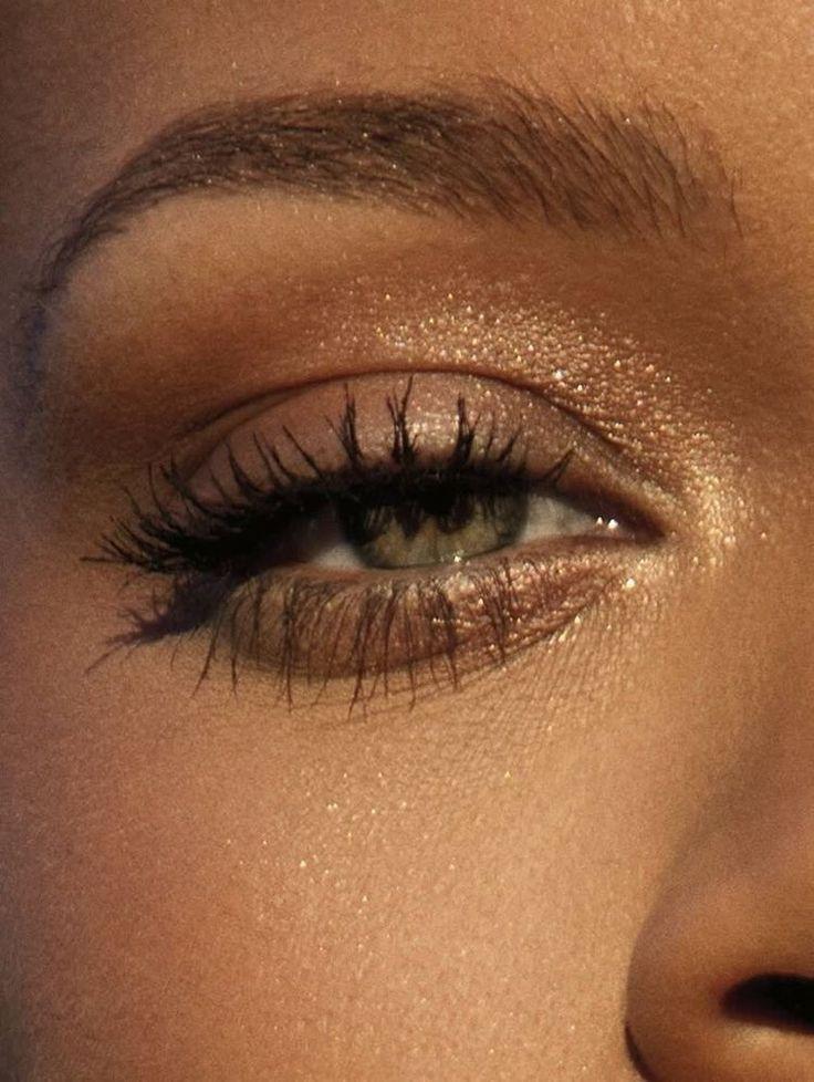 smokey eyes, bold lipstick, and nail art. Beautiful, natural makeup, makeup ideas, beauty, skincare, skincare tips, best acne treatments, beauty products, smoky eye, lipstick, glamorous make-up, natural make-up. Fall 2018 make-up trends. Shimmery eye makeup, eyeshadow